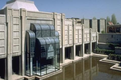 National Assembly's new mosque is for the exclusive use of members of parliament, and ministerial and administrative staff. The mosque is composed of a triangular forecourt, and a rectangular prayer hall overlooking a large, triangular, terraced garden and pool. The qibla wall, conceived in glass, opens onto the terraced garden.