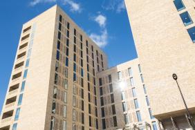 طلاب معهد الدراسات الإسماعيلية وجامعة الآغا خان- معهد دراسة الحضارات الإسلامية ينتقلون إلى سكن جامعي جديد