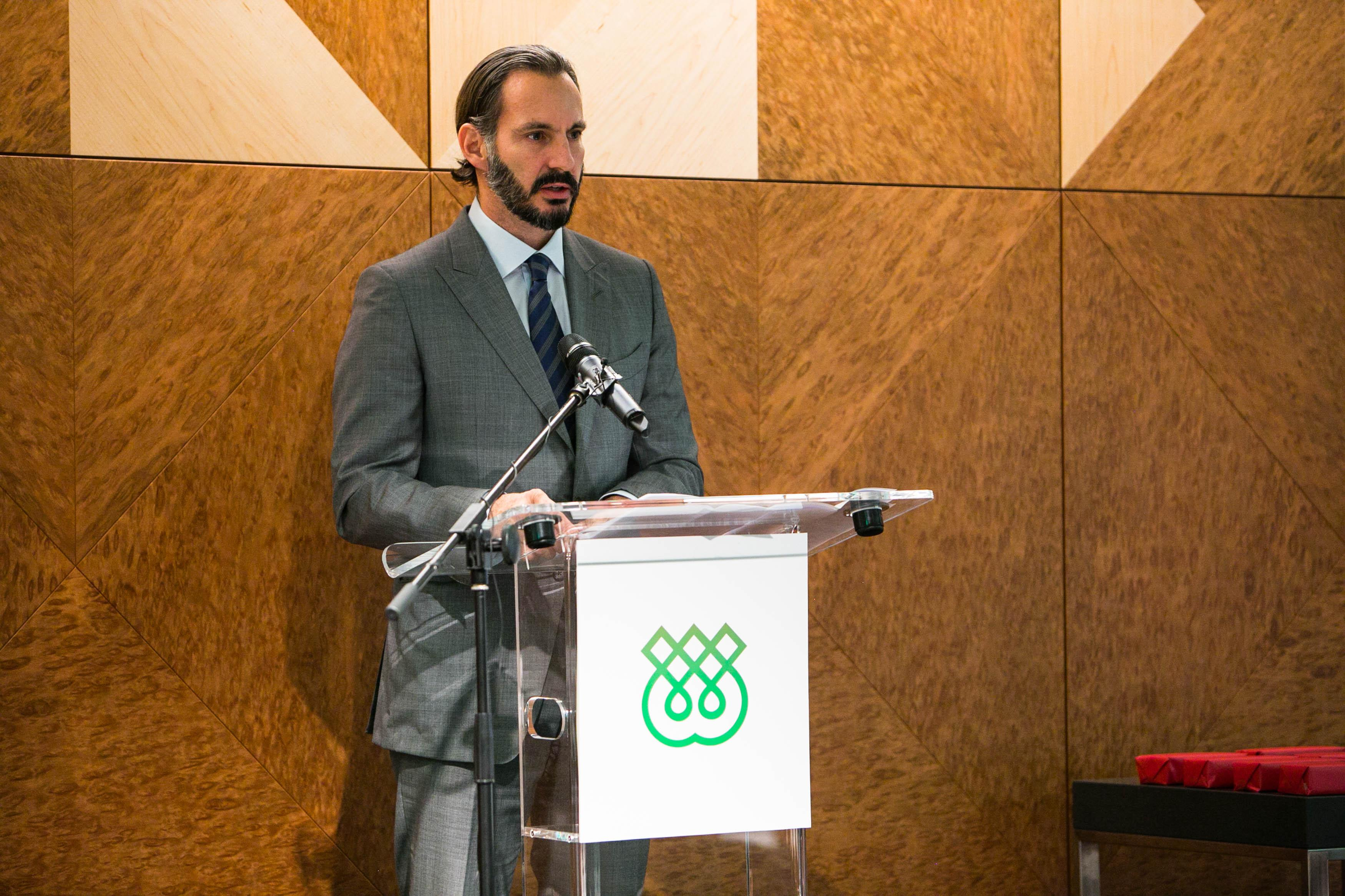 Prince Rahim Aga Khan addressing staff and students during the IIS' 40th anniversary celebration.